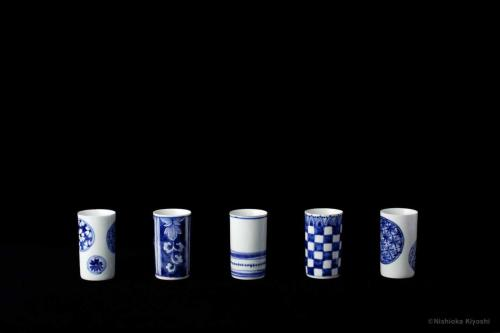 染付細盃<br>Sake cup in underglaze blue<br>⌀4.4 x h7.2(cm)<br>photograph: NISHIOKA Kiyoshi