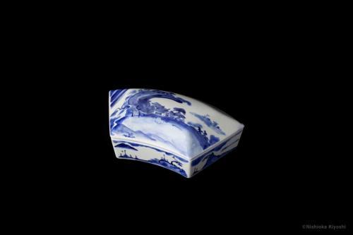 染付扇面形蓋物<br>Fan shape lidded dish in underglaze blue<br>23.5 x 14.5 x h8.7(cm)<br>photograph: NISHIOKA Kiyoshi