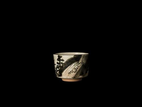 乾山写錆絵滝山水図茶碗<br>Kenzan utsushi tea bowl in underglaze iron oxide<br>⌀10.6 x h6.7(cm)<br>photograph: NISHIOKA Kiyoshi