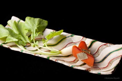 色絵金彩さきかけ長四方皿<br>Ractangle dish Sakikake in overglaze enamels<br>30.0 x 11.7 x h3.0(cm)<br>photograph: NISHIOKA Kiyoshi<br>food presentation: HOSAKA Takanori