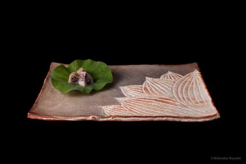 志野銀彩蓮花図長四方大皿<br>Shino rectangle large dish with lotus flowers design in overglaze enamels <br>42.8 x 28.2 x h3.1(cm)<br>photograph: NISHIOKA Kiyoshi<br>food presentation: HOSAKA Takanori