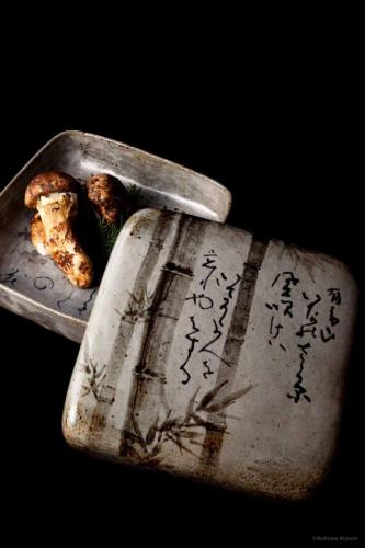 錆絵和歌蓋物<br>Lidded dish with 31‐syllable Japanese poem in underglaze iron oxide<br>25.0 x 22.0 x h11.0(cm)<br>photograph: NISHIOKA Kiyoshi<br>food presentation: HOSAKA Takanori