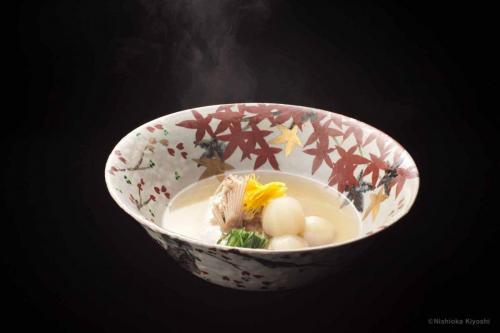 色絵金彩雲錦大鉢<br>Large bowl with Cherry blossoms and autumn leaves design in overglaze enamels<br>⌀35.3 x h16.5(cm)<br>photograph: NISHIOKA Kiyoshi<br>food presentation: HOSAKA Takanori