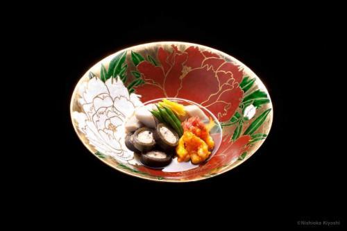 色絵金彩牡丹図大鉢<br>Large bowl with Peony design in overglaze enamels<br>⌀35.5 x h12.6(cm)<br>photograph: NISHIOKA Kiyoshi<br>food presentation: HOSAKA Takanori